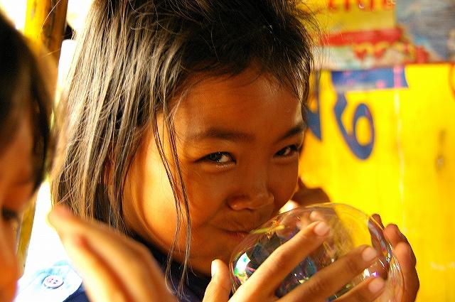 【タイ】風船をふくらます少女