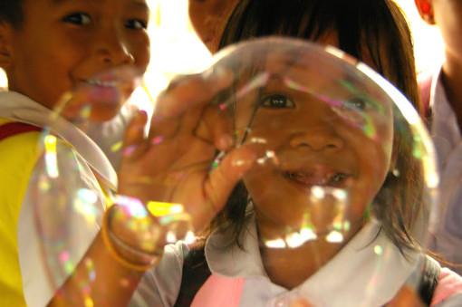 タイ ウボンラチャタニー 風船をふくらます少女