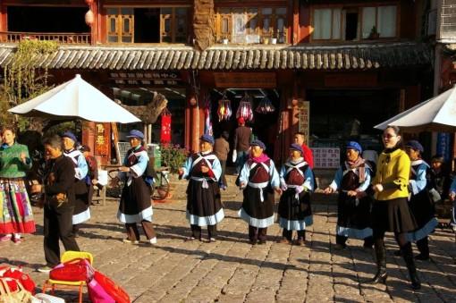中国雲南省麗江 ナシ族の健康ダンス