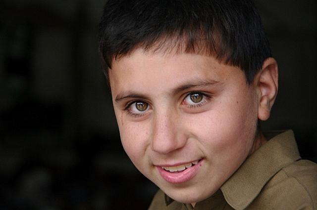 【パキスタン】 ギルギット 靴売りの店番の少年