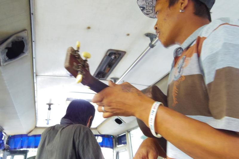 ソロ ジョクジャカルタ バス ウクレレ ギター