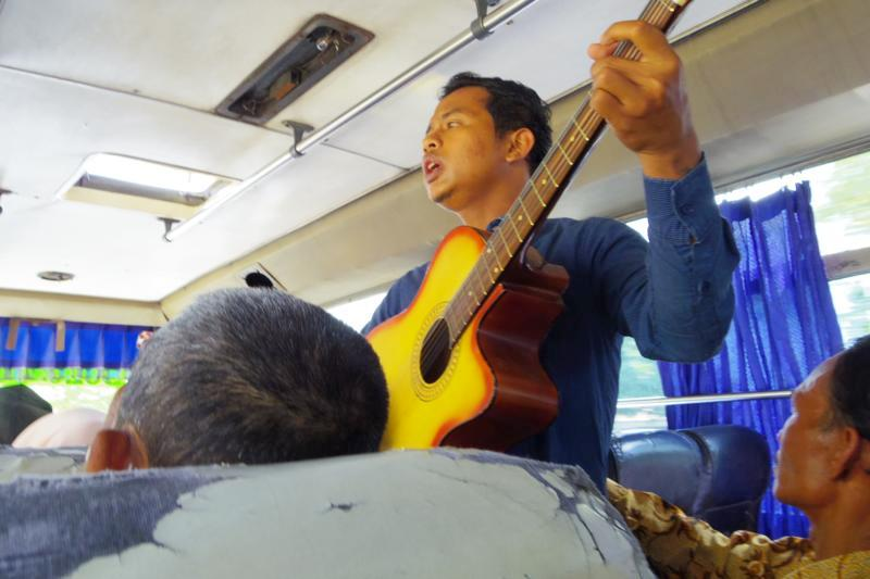 インドネシアの風流な光景? ウクレレ&ギター侍