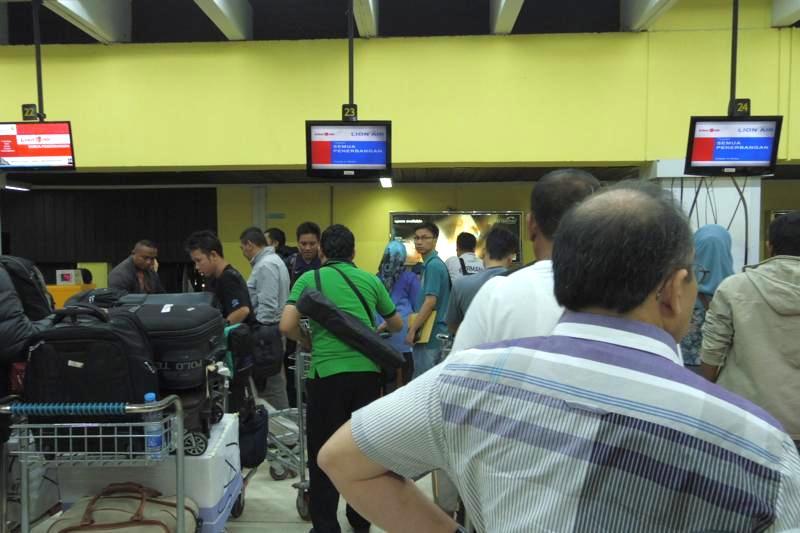 ジャカルタ 飛行機 メダン エアポートバス