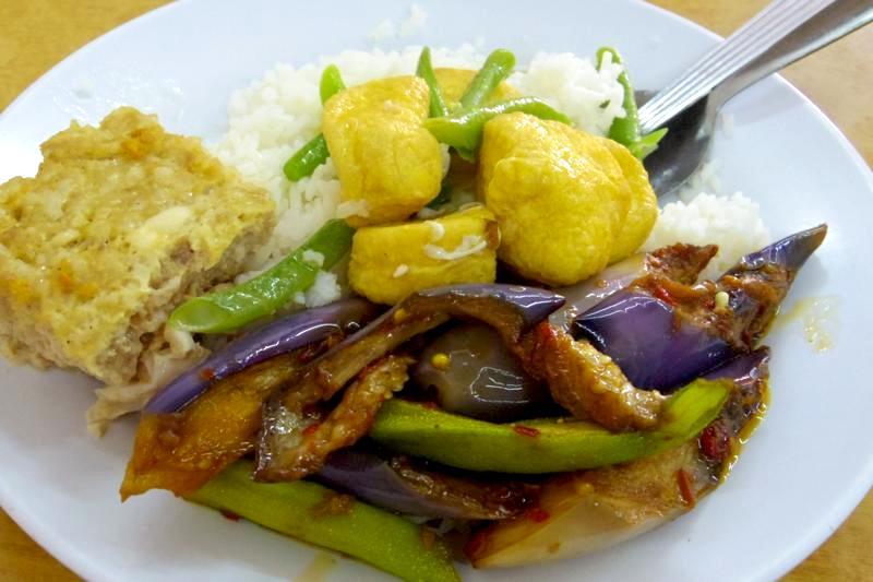 【ペナン】野菜不足も解消!30種以上のおかずから選べる経済飯!
