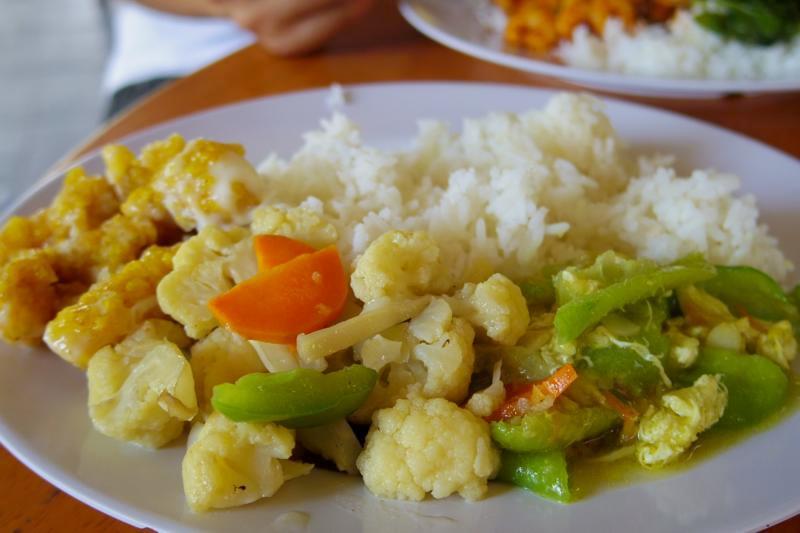 【マラッカ】野菜不足に嬉しい!おかずが30種類以上ある経済飯食堂『古郷味粥飯店(Ku Xiang Wei)』