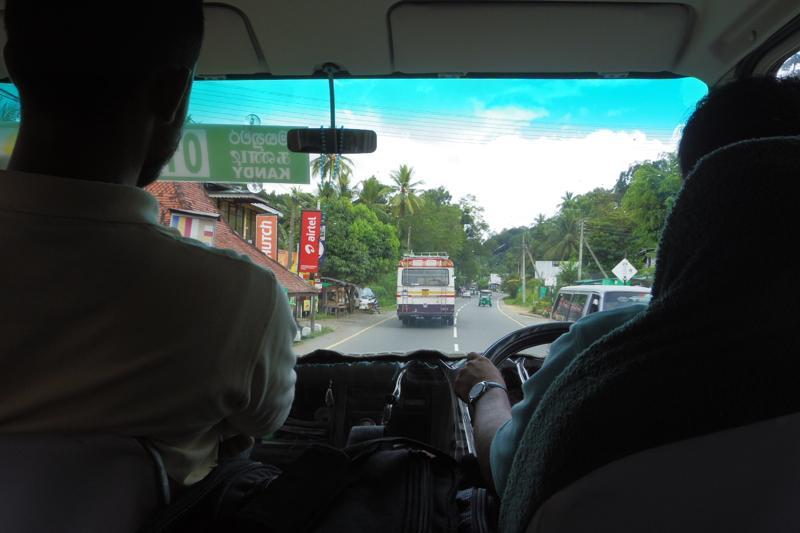 コロンボ キャンディ バス 移動