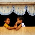 【フィリピン・パラワン島】窓際でじゃれる兄弟