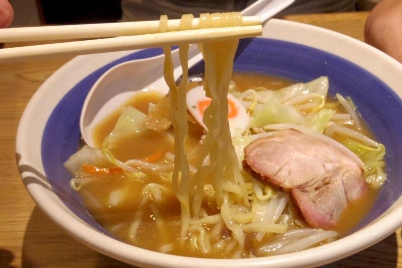 日本のラーメンがタイでは大体200バーツ以上が多いのに、かなり良心的な価格です。  タイ バンコク 日本食 中華ラーメン 8番ラーメン