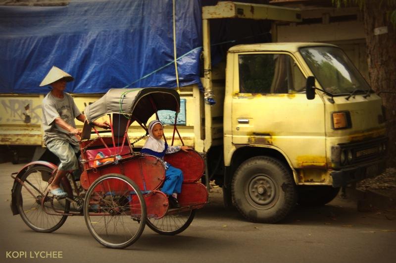 【インドネシア・ソロ】ペチャに乗る少女