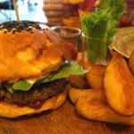 【ピッサヌローク】本格的なハンバーガーが食べたいならココ!肉厚でたまらなく美味しい!『Cafe Veggie』