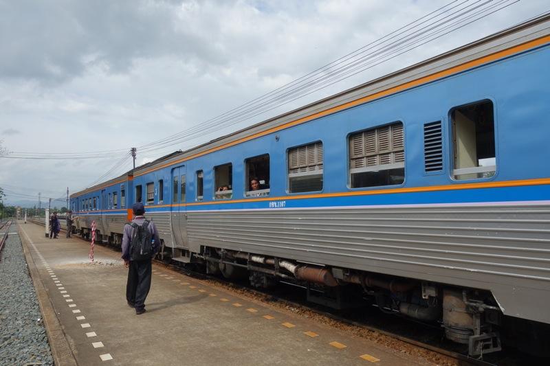 ウッタラディット駅 Uttaradit ウッタラディットからピッサヌロークまで 移動 バス列車